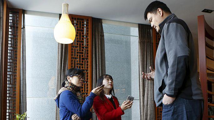 ياو مينغ أول صيني يحظى بامتياز مشاهير كرة السلة في الولايات المتحدة