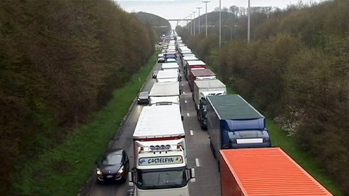 Belçika'da hükümeti protesto eden kamyoncular yolları trafiğe kapattı