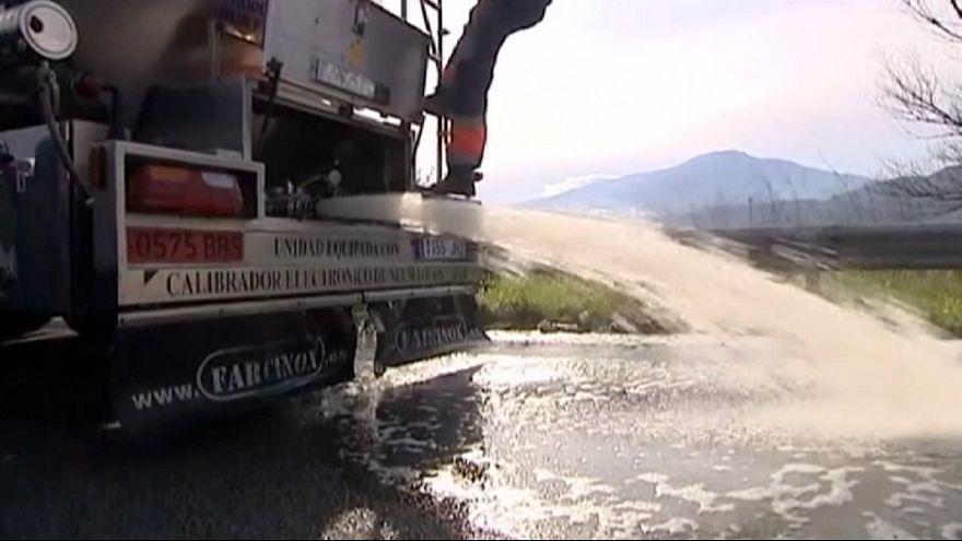 Camion-cisterna svuotati in strada, tra Francia e Spagna è guerra del vino