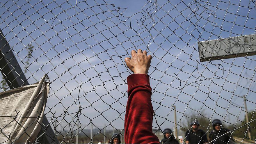 Mujeres y niños desafían a la policía griega en el campamento de Idomeni