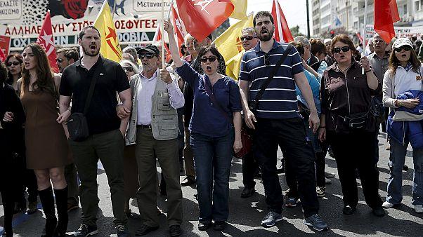 """اليونان: مظاهرات في العاصمة """"أثينا"""" إعتراضا على خفض رواتب التقاعد ورفع الضرائب"""