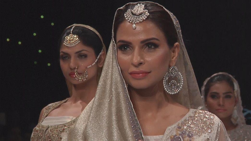 Pakistan Moda Haftası'nda canlı kıyafetler