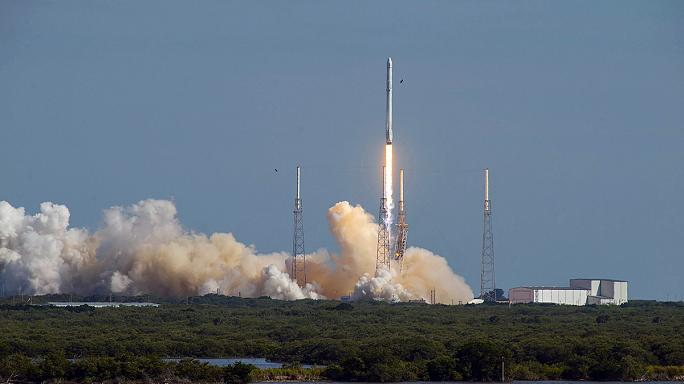 SpaceX впервые посадила ракету-носитель на морскую платформу
