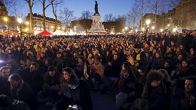 """Francia: """"nuit debout"""" in più di 60 città, scontri a Parigi"""