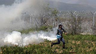 Polícia da Macedónia lança gás lacrimogéneo contra migrantes