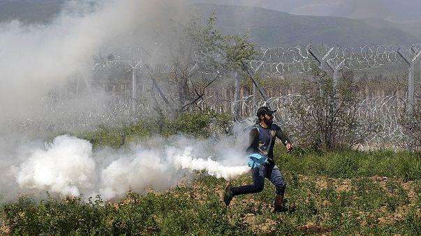 منظمات: إصابة مهاجرين في مخيم ايدوميني إثر استخدام الشرطة الغاز المسيل للدموع