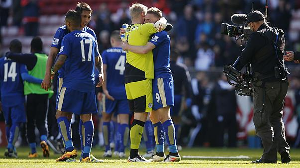Vardy scores twice as Leicester beat Sunderland to close in on first topflight title