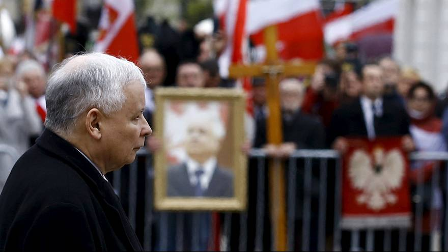 Polacos assinalam sexto aniversário do acidente que matou Lech Kaczynski