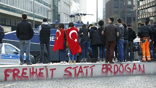 Friedensmärsche von Türken und Kurden enden in Gewalt