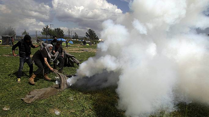 Polícia da Macedónia carrega sobre refugiados e faz 260 feridos