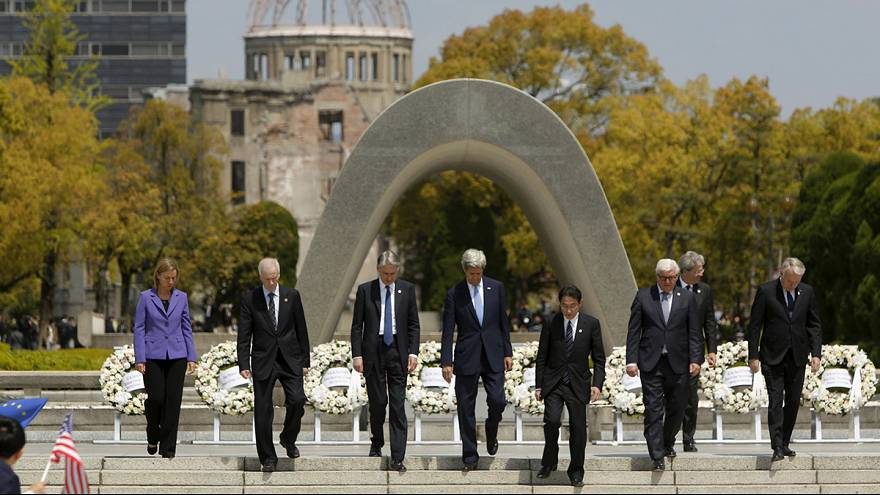 John Kerry lays flowers at Hiroshima memorial