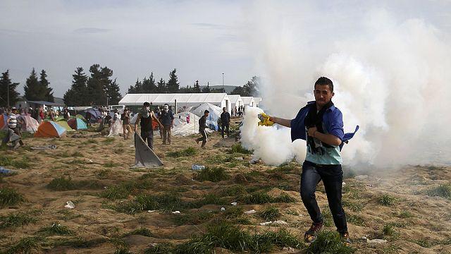 """""""رصاص مطاطي"""" لصد لاجئين حاولوا الدخول إلى مقدونيا بالقوة"""