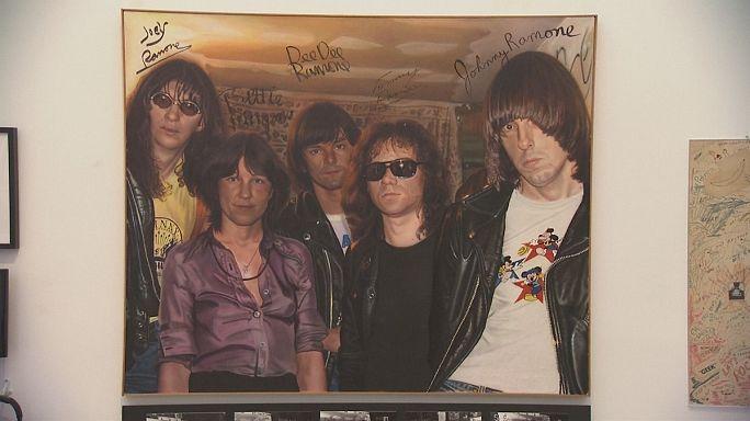 Punk rock grubu Ramones'in eşyaları sergileniyor