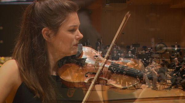 """عازفة الكمان جانين يانسن:"""" الموسيقى أقوى من الكلمات"""""""