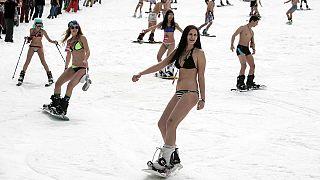 Recorde do mundo de biquínis a deslizar na neve