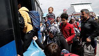 """Crise dos Refugiados: Grécia tenta """"limpar"""" porto de Pireaus"""