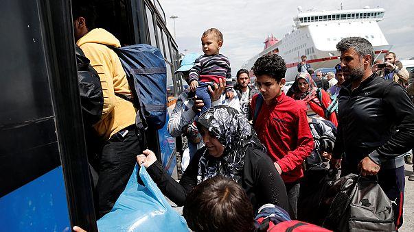 Grecia acelera el traslado de migrantes del puerto de Pireo hacia centros de acogida ante la cercanía de la temporada turística