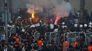 Polícia dispersa adeptos do Beşiktaş na estreia do estádio