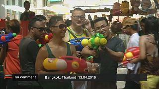 Kuraklığa rağmen Taylandlılar su festivali keyfinden vazgeçmedi