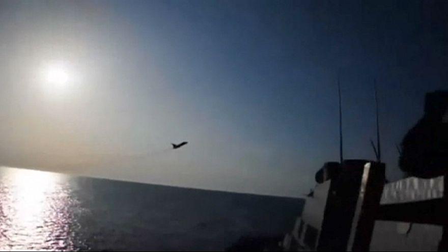 Caças russos voam a curta distância de navio de guerra dos EUA