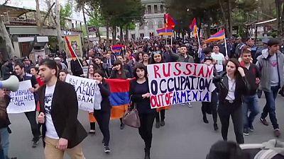 Jóvenes armenios se manifiestan contra Rusia por el conflicto de Nagorno Karabaj