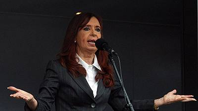 Cristina Fernández sale de los tribunales aclamada por miles de personas