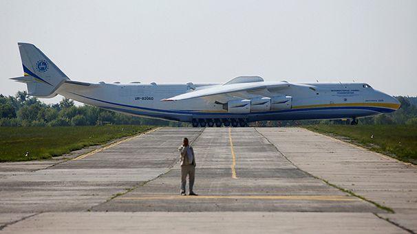 Le plus gros avion cargo au monde atterrit en australie euronews - Quel est le plus grand porte avion du monde ...
