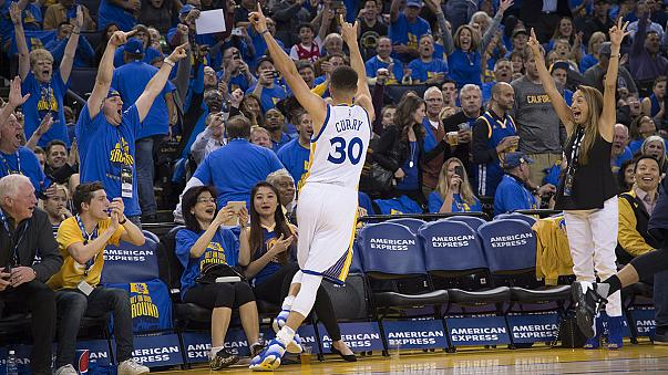 Records tumble as Warriors, Curry skin Grizzlies