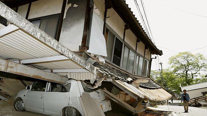 Премьер Японии пообещал помочь пострадавшим от землетрясения