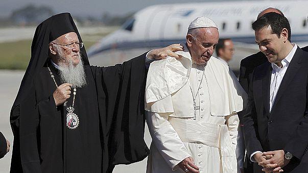 البابا فرنسيس يرغب باصطحاب لاجئين من جزيرة ليسبوس اليونانية إلى الفاتيكان