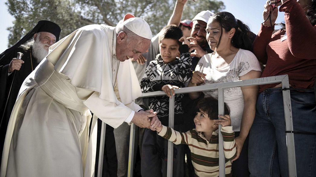 """Migranti, Papa Francesco a Lesbo: """"Non siete soli"""" e poi l'appello all'Europa"""