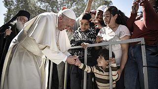 El Papa exige solidaridad en una breve visita a Lesbos y se lleva con él a un grupo de refugiados sirios