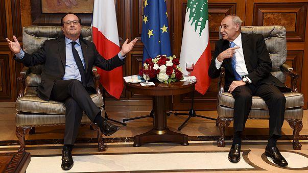 Pénzt, paripát, fegyvert vitt Libanonba a francia államfő