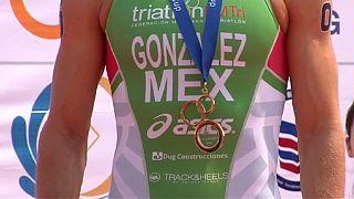 المكسيكي غونزاليز و الأمريكية كوك يفوزان بمرحلة شينغو من كأس العالم للترياتلون
