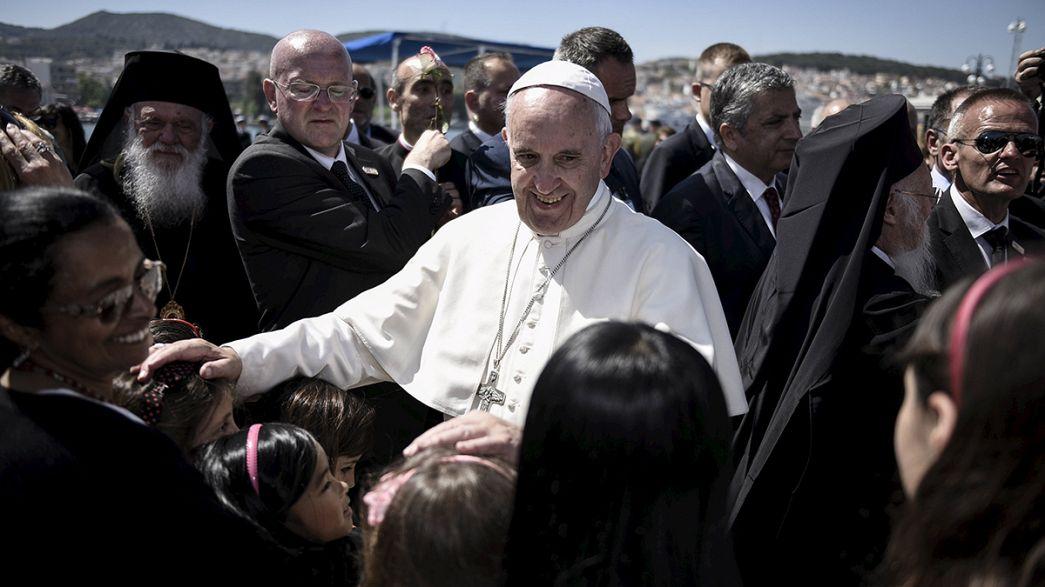 El papa Francisco se lleva a Roma a 12 refugiados tras visitar la isla griega de Lesbos