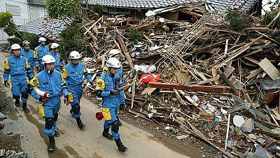 In Giappone si cercano persone ancora in vita sotto alle macerie lasciate dal terremoto