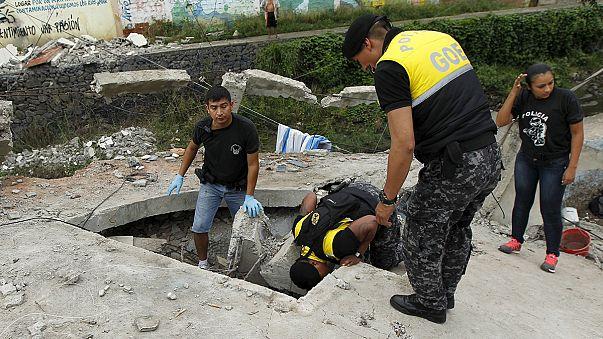 Legkevesebb 233 halálos áldozata van az ecuadori földrengésnek