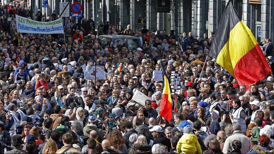 Milhares de belgas saem à rua para homenagear as vítimas dos atentados terroristas