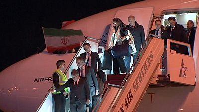 Paris - Teheran: Air-France-Stewardessen mit Kopftuch