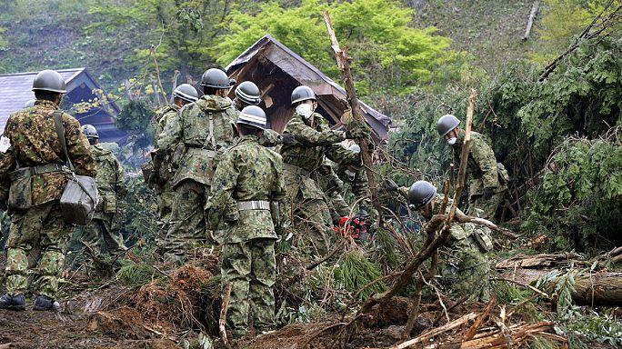 Япония принимает помощь американских военных