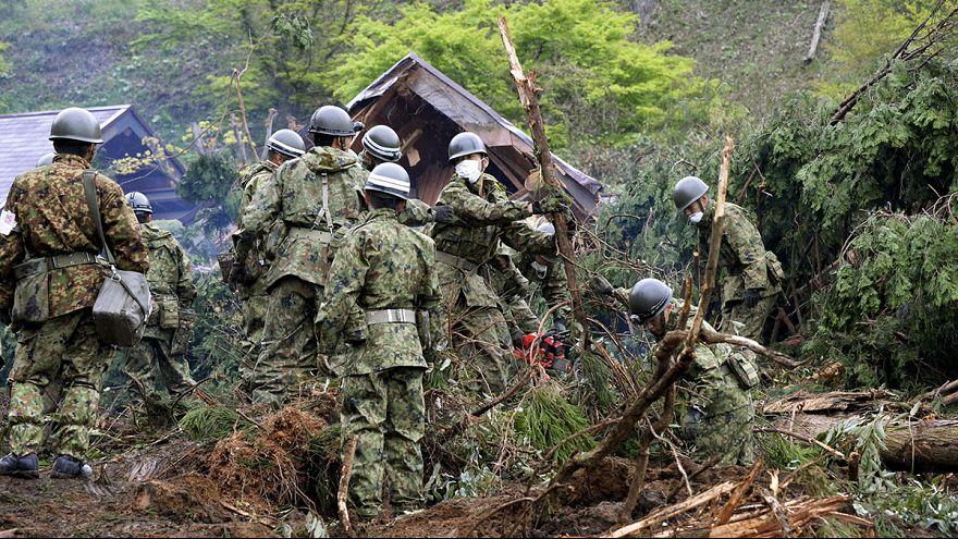 Les sauveteurs japonais fouillent les décombres à la recherche de survivants