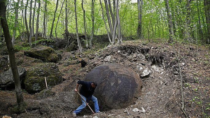 Óriásgömb a föld alól Bosznia-Hercegovinában