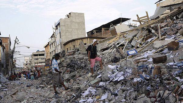 Aumentan al menos a 413 las personas fallecidas por el terremoto de Ecuador