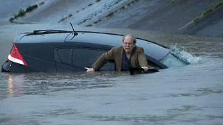 هيوستن: صحفي ينقذ رجلاً غمرت المياه سيارته