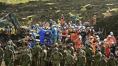 Japanische Rettungshelfer bergen weitere Erdbebenopfer