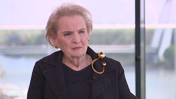 """Madeleine Albright : """"j'ai développé l'art du baiser diplomatique"""""""