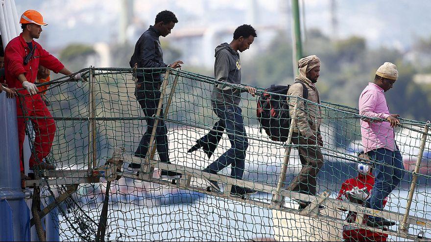 Migranti: 235 ad Augusta, 27 a Portopalo