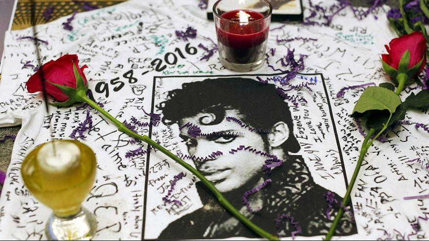 الحزن يطبع محبي مغني البوب الأميركي برينس