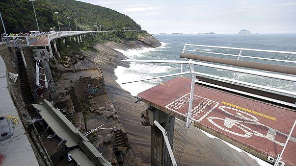 Рио-де-Жанейро: велосипедистов смыло в море