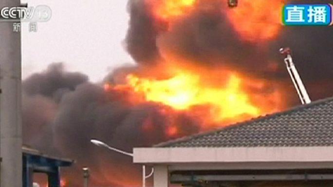 Китай: на складе химикатов взорвалась цистерна